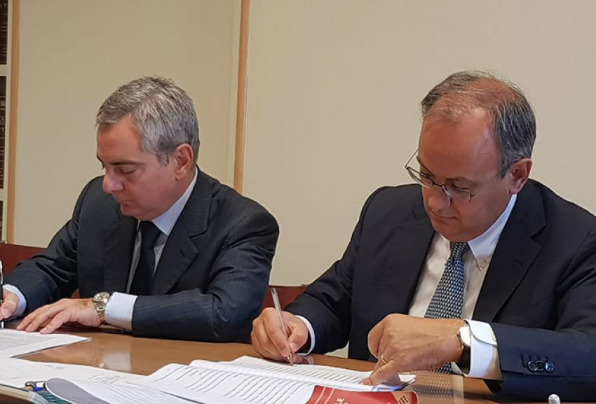 Giulio Ranzo (Avio CEO) and Scannapieco (Vice President, European Investment Bank) signing the contract for the financing of 40 million euro